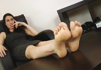Tammie Lee gets her feet worshiped